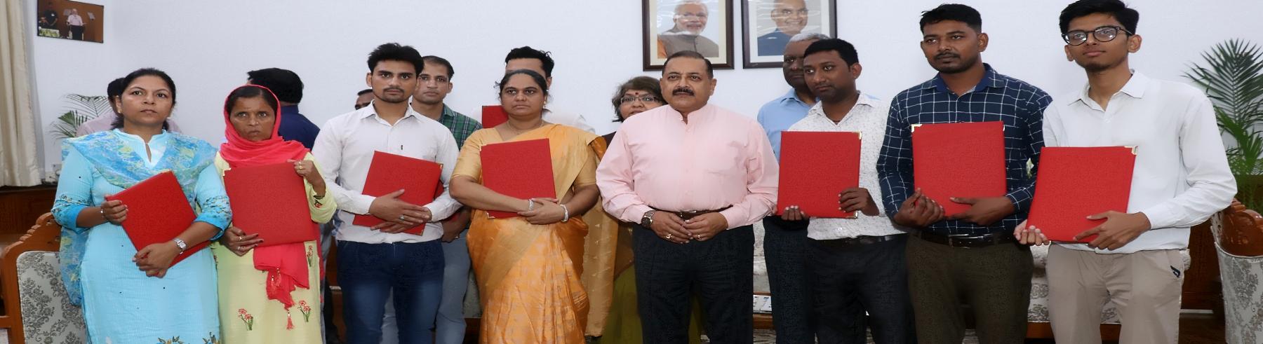 दिनांक 01.08.2019 को नौ व्यक्तियों को माननीय कार्मिक राज्य मंत्री डा0 जितेंद्र सिंह के द्वारा अनुकम्पा के आधार पर नियुक्ति के प्रस्ताव दिए गये