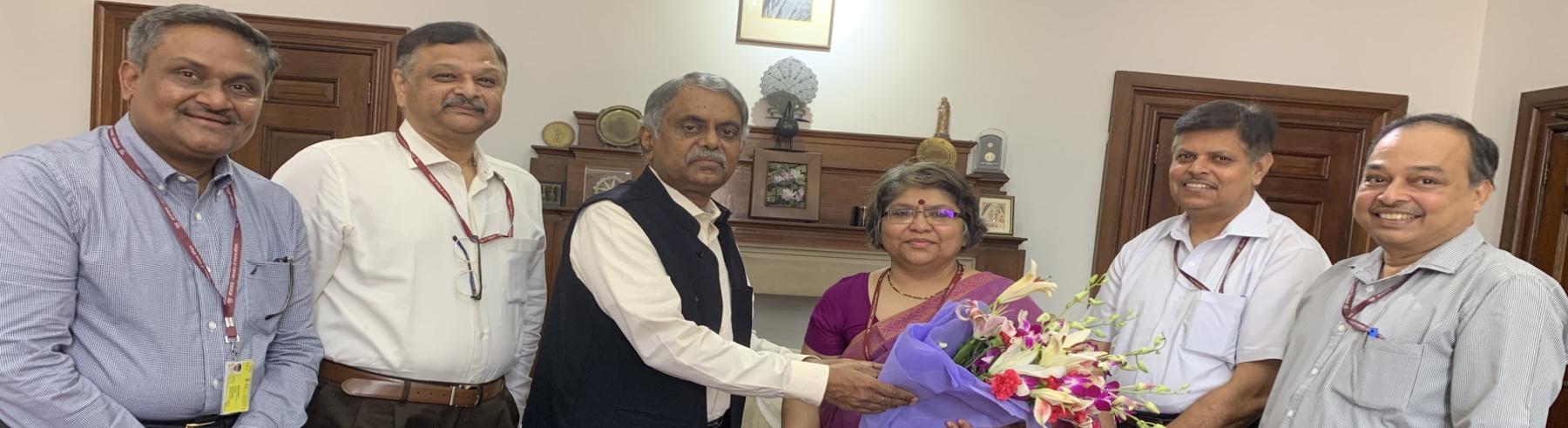 कार्मिक एवं प्रशिक्षण विभाग के वरिष्ठ अधिकारियों के द्वारा मंत्रीमंडल सचिव की सेवानिवृति के अवसर पर उन्हें पुष्पगुच्छ प्रदान करते हुए